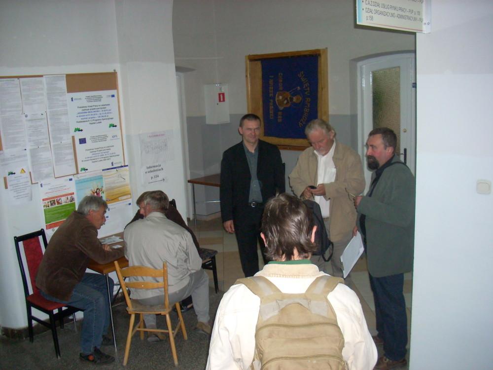 mieszkańcy w oczekiwaniu na wejście do sali posiedzeń