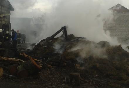 Pożar w Abramowie – spłonęła stodoła, wiata i dach na oborze