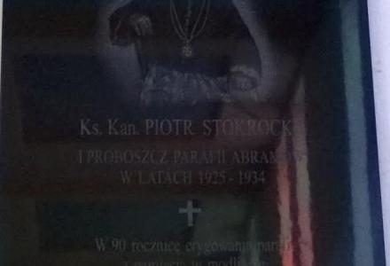 Kościół w Abramowie – tablica wmurowana, poświęcenie w przeddzień odpustu parafialnego.