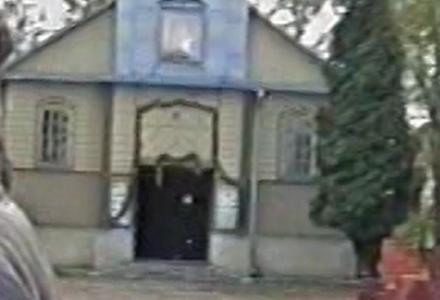 Abramów 1992 – drewniany kościół i dzwonnica.